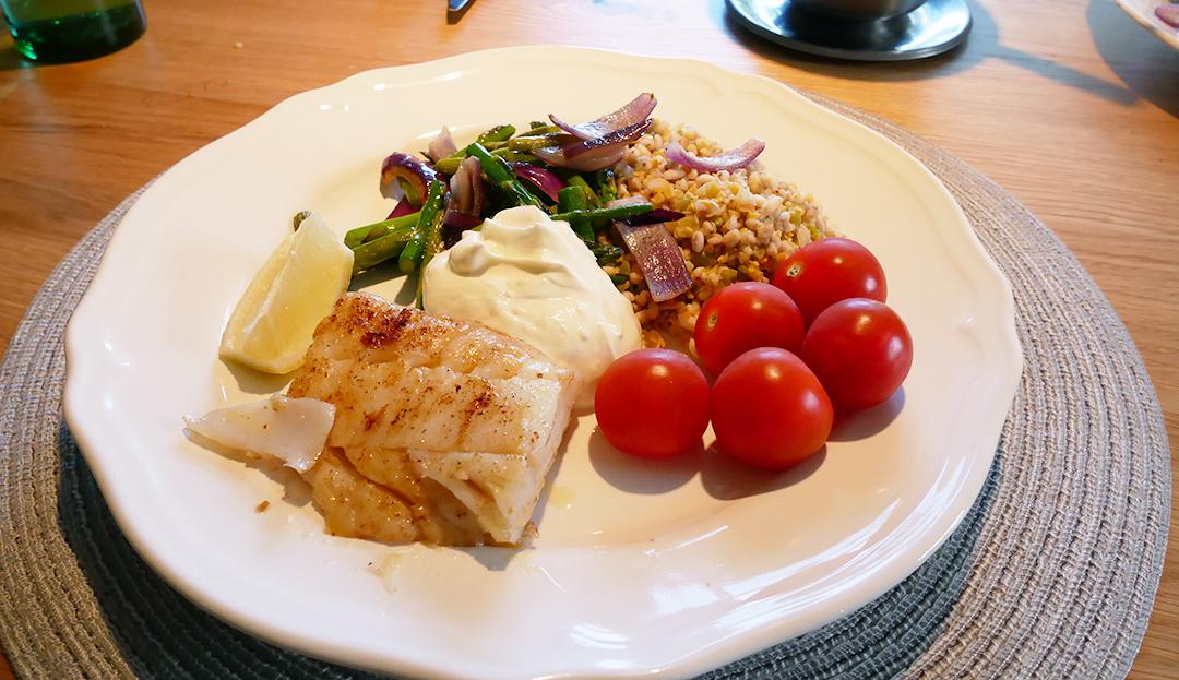 Stekt torsk med sparris och citronyoghurt
